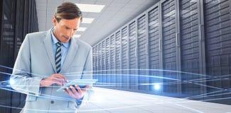 Составное изображение бизнесмена концентрата используя ПК таблетки Стоковое Изображение