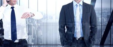 Составное изображение бизнесмена на телефоне смотря его наручные часы Стоковые Изображения