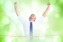 Составное изображение бизнесмена пересекая финишную черту стоковая фотография