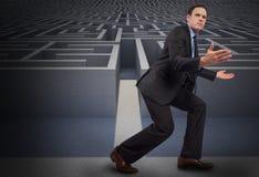 Составное изображение бизнесмена представляя при протягиванные оружия Стоковое Фото
