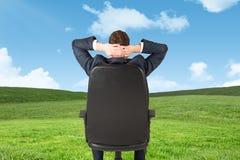 Составное изображение бизнесмена сидя в вращающееся кресло стоковые изображения rf
