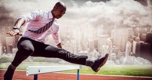 Составное изображение бизнесмена скача барьер Стоковые Изображения