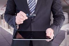 Составное изображение бизнесмена смотря таблетку с лупой Стоковые Фотографии RF
