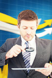 Составное изображение бизнесмена смотря таблетку с лупой иллюстрация штока