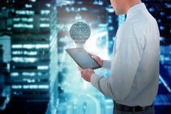 Составное изображение бизнесмена смотря цифровую таблетку Стоковые Фото