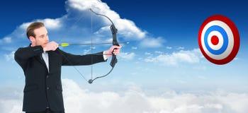 Составное изображение бизнесмена снимая лук и стрелы Стоковое Изображение