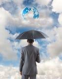 Составное изображение бизнесмена стоя под зонтиком Стоковые Изображения RF