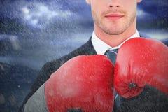 Составное изображение бизнесмена с перчатками бокса Стоковые Изображения