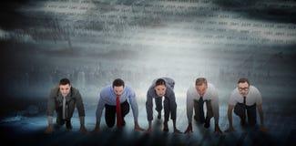 Составное изображение бизнесменов готовых для того чтобы начать гонку Стоковые Фотографии RF