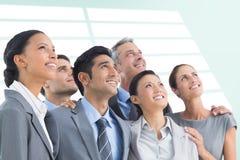 Составное изображение бизнесменов смотря вверх в офисе Стоковые Фотографии RF