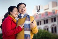 Составное изображение более старых азиатских пар на балконе принимая selfie Стоковые Фотографии RF