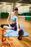 Составное изображение брюнет пригонки нагревая в студии фитнеса Стоковое Изображение RF