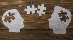 Составное изображение бумаги в форме 2 головных силуэтов на деревянной предпосылке Стоковые Фотографии RF