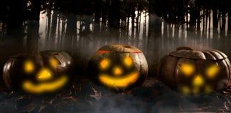 Составное изображение взгляда высокого угла фонариков jack o с листьями на таблице Стоковые Фотографии RF
