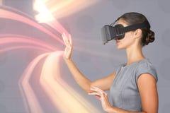 Составное изображение взгляда со стороны молодой женщины показывать пока использующ виртуальные видео- стекла Стоковые Изображения RF