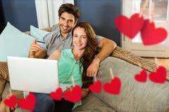 Составное изображение висеть красные сердца и пары делая онлайн покупки стоковое изображение rf