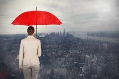 Составное изображение вид сзади женской исполнительной власти нося красный зонтик Стоковые Фотографии RF