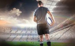 Составное изображение вид сзади игрока рэгби бежать с шариком Стоковые Изображения RF
