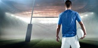 Составное изображение вид сзади игрока рэгби держа шарик в сторону Стоковые Изображения RF