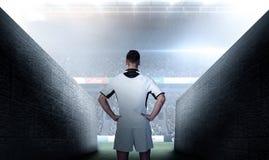 Составное изображение вид сзади игрока рэгби с руками на талии Стоковое фото RF