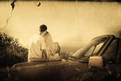 Составное изображение вид сзади пар обнимая и восхищая панораму Стоковое фото RF