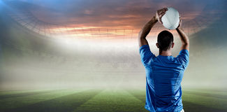 Составное изображение вид сзади шарика игрока рэгби бросая Стоковые Фото