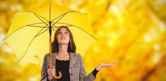 Составное изображение во всю длину женщины держа зонтик пока показывающ жестами Стоковое Изображение RF