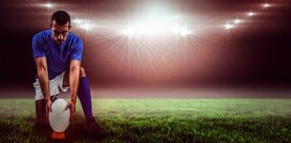 Составное изображение во всю длину игрока рэгби устанавливая шарик и 3d Стоковые Фото