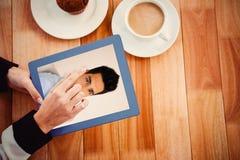 Составное изображение вскользь бизнесмена усмехаясь на камере Стоковая Фотография