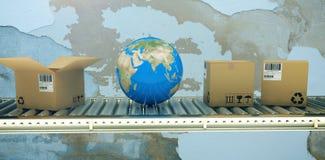 Составное изображение голубых глобуса и коробок на конвейерной ленте 3d Стоковое фото RF