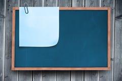 Составное изображение голубого липкого примечания с бумажным зажимом Стоковые Изображения RF