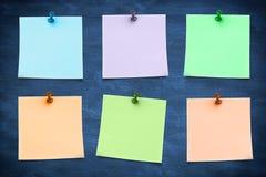 Составное изображение голубого липкого примечания с канцелярской кнопкой Стоковая Фотография
