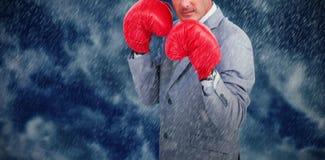 Составное изображение грубого бизнесмена с перчатками бокса Стоковые Изображения RF