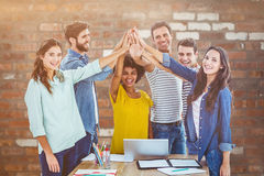 Составное изображение группы в составе молодые коллеги используя компьтер-книжку Стоковое Изображение RF