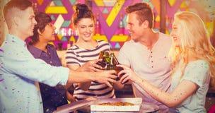 Составное изображение группы в составе друзья провозглашать бутылка пива Стоковое Фото