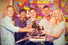 Составное изображение группы в составе друзья провозглашать бутылка пива Стоковые Фотографии RF