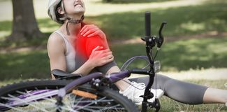 Составное изображение женского велосипедиста при нога повреждения сидя в парке стоковые фотографии rf