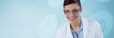 Составное изображение женского доктора усмехаясь против белой предпосылки Стоковое Изображение