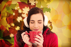 Составное изображение женщины в одеждах зимы наслаждаясь глазами горячими питья закрыло Стоковые Изображения