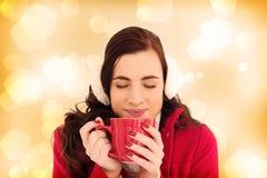 Составное изображение женщины в одеждах зимы наслаждаясь глазами горячими питья закрыло Стоковые Фото
