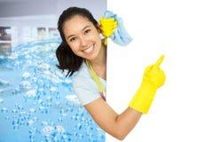 Составное изображение женщины в резиновых перчатках указывая к белой поверхности стоковое фото