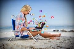 Составное изображение женщины сидя на пляже используя ее компьтер-книжку 3d Стоковая Фотография RF