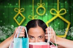 Составное изображение женщины стоя с хозяйственными сумками Стоковые Фото