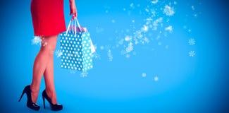 Составное изображение женщины стоя с хозяйственными сумками Стоковые Фотографии RF