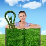 Составное изображение женщины с книгой лужайки стоковая фотография