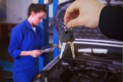 Составное изображение женщины усмехаясь пока получающ ключи автомобиля Стоковая Фотография