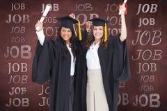 Составное изображение 2 женщин празднуя их градацию Стоковая Фотография