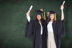 Составное изображение 2 женщин празднуя их градацию Стоковые Фотографии RF