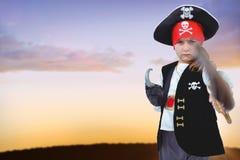 Составное изображение замаскированной девушки претендуя быть пиратом Стоковые Изображения