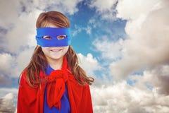 Составное изображение замаскированной девушки претендуя быть супергероем Стоковое Изображение
